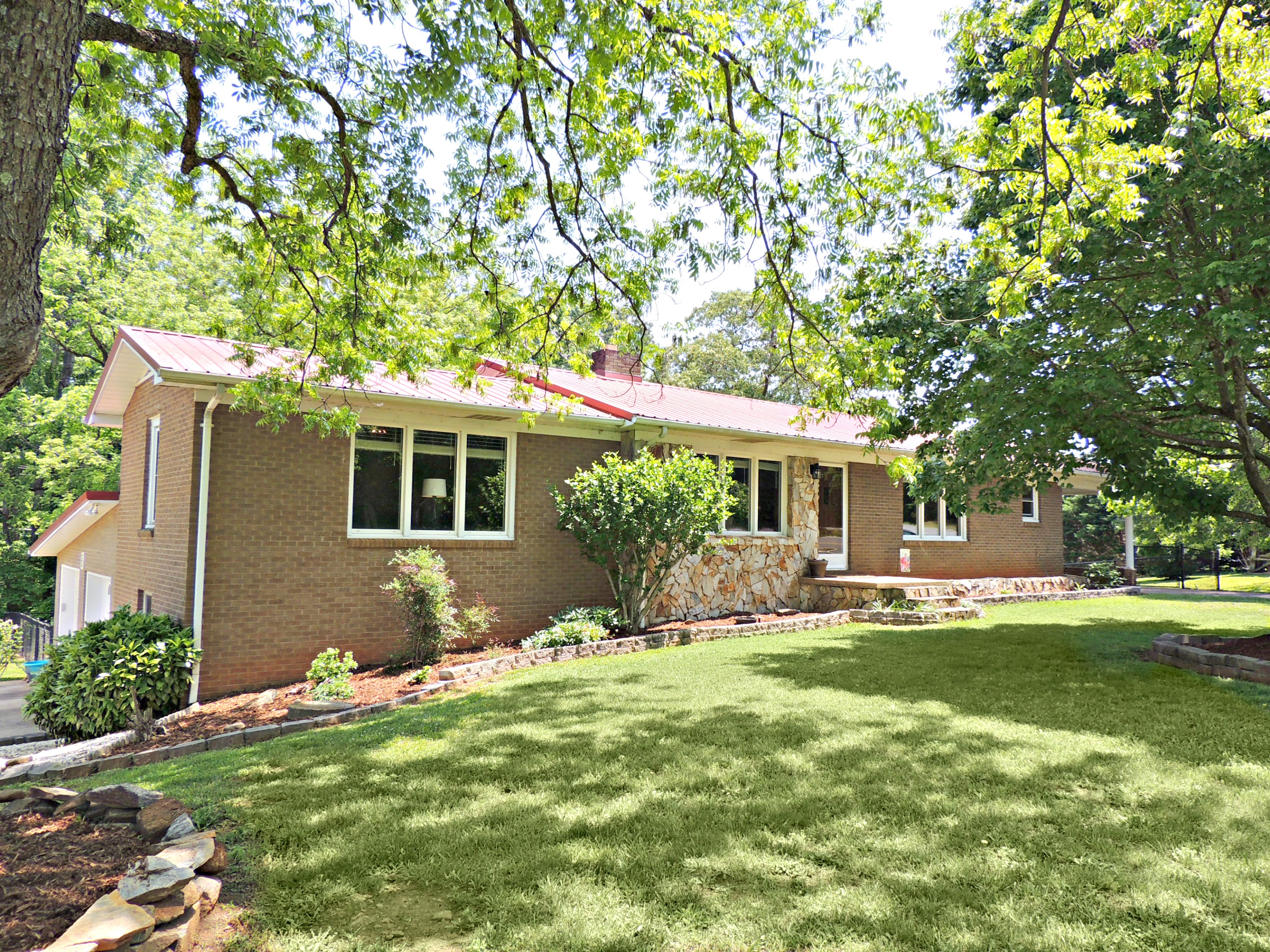 Large Brick Ranch With An Apartment In Mountain View