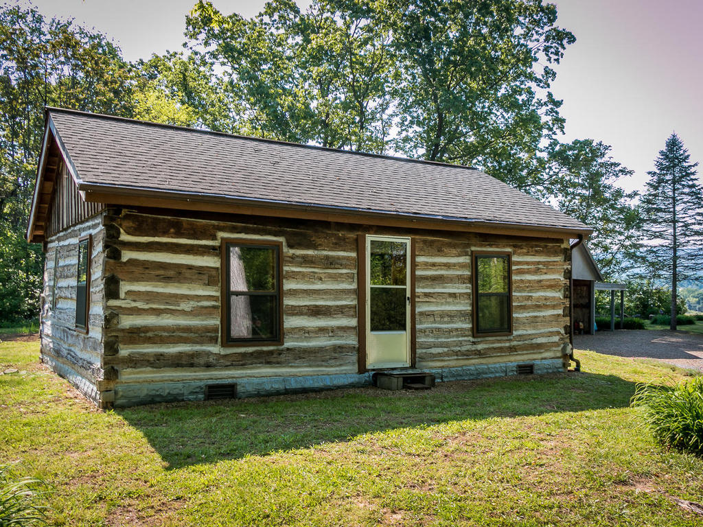 Separate log cabin on the property