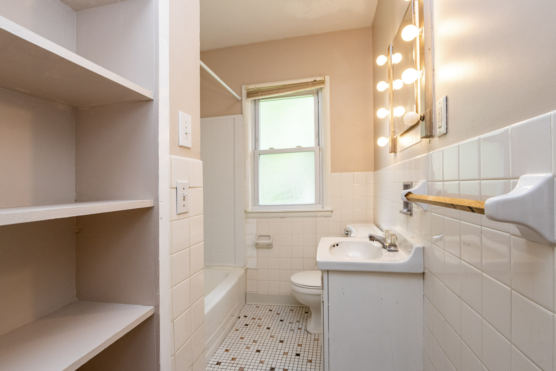 Unit 1 Bathroom, 1013 9th St NE  Rochester, MN 55906