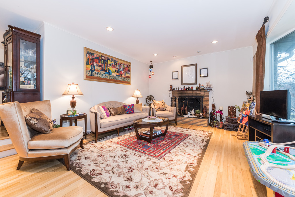 Living Room at 262 Victory Blvd, <a href='http://walter.bronxandwestchesterhomes.com/index.php?types[]=1&types[]=2&areas[]=city:New Rochelle&beds=0&baths=0&min=0&max=100000000&map=0&quick=1&submit=Search' title='Search Properties in New Rochelle'>New Rochelle</a>, NY