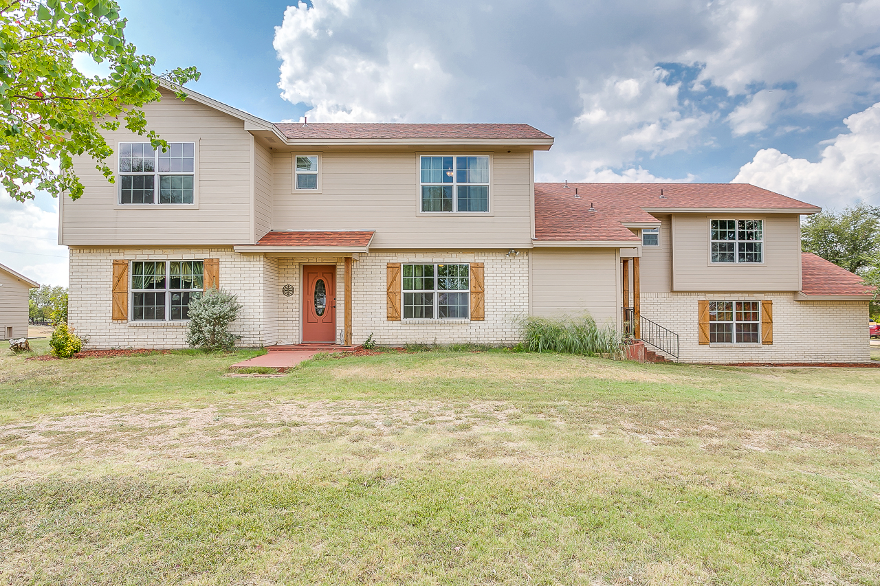 2100 Harvest Hill in Cleburne - Front